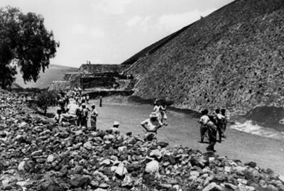 """""""Excursiones educativas"""", gente recorre Zona Arqueológica de Teotihuacán"""