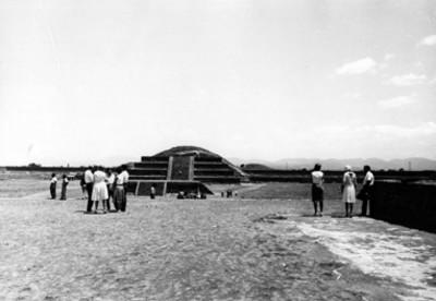 Turistas en la Zona Arqueológica de Teotihuacán, vista general