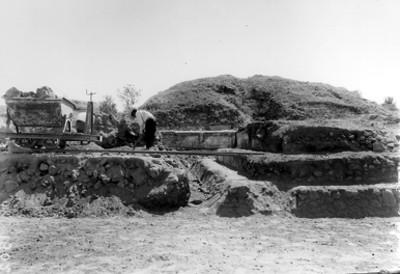 """""""Excavaciones a principios de siglo"""", trabajador llena góndola con tierra"""