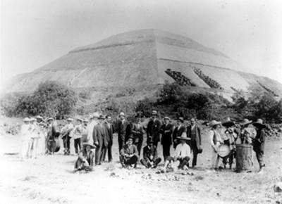 Músicos y hombres a un costado de la Pirámide del Sol