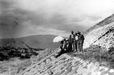 Mujer acompañada de hombres en las escalinatas de la Pirámide del Sol