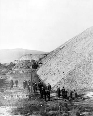 Hombres al pie de la Pirámide del Sol