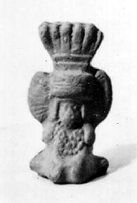 Reproducción de figurilla antropomorfa con penacho