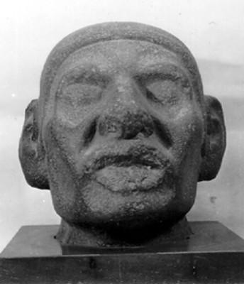 Cabeza antropomorfa de piedra, vista frontal