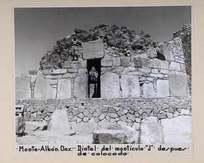Hombre junto al dintel del Montículo J, después de su colocación