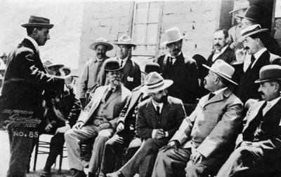 Francisco I. Madero y Venustiano Carranza con otros personajes, tarjeta postal