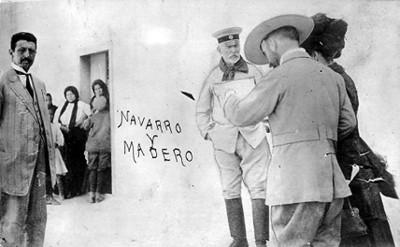 Francisco I. Madero, su esposa y Juan Navarro revisan documentos