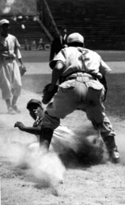 Beisbolista toca base, tarjeta postal