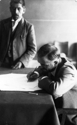 Francisco I. Madero firma un documento