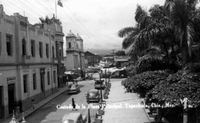 Costado de la plaza principal [de] Tapachula