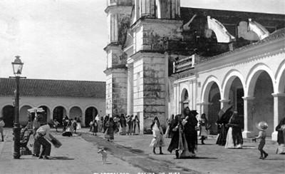 Mujeres salen de una misa