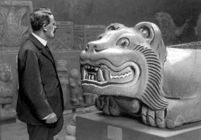 Hombre junto al Cuauhxicalli en una sala del Museo Nacional