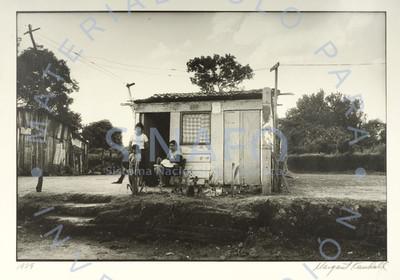 Mujer y niños a la entrada de casa rústica, retrato de grupo