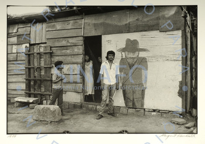Familia a la entrada de casa de madera, retrato