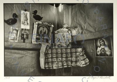Imágenes religiosas en un altar, interior de vivienda