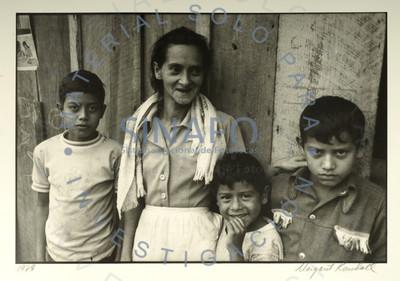Retrato de mujer junto a tres niños