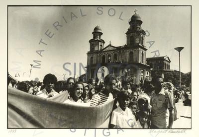 Manifestación política pasa frente a la Antigua Catedral
