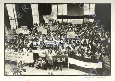 Aglomeración en un mitin político del F.S.L.N.