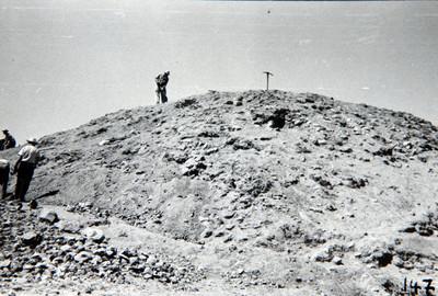 Trabajadores durante el proceso de exploración de un montículo