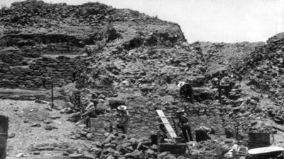 """2.- Montículo """"C"""" Fachada oeste o principal cuerpos saliendo que limitan la alfarda norte aspecto de las exploraciones"""