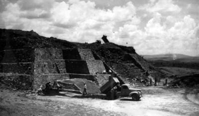 """10.- Montículo """"C"""" fachada oeste o principal aspecto de la misma toma dos desde el noreste notese en primer termino, la pequeña pirámide 1953"""