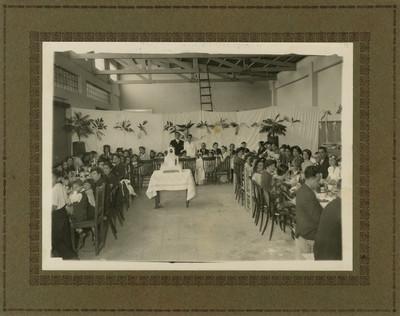 Recien casados acompañados de invitados en banquete