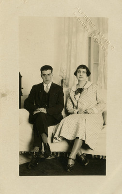 Pareja sentada en una sala, retrato, tarjeta postal