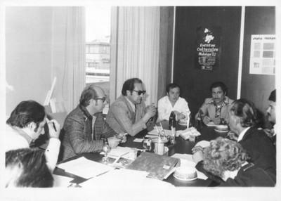 Hombres conversan en una reunión de gestión durante el gobierno de Jorge Rojo Lugo
