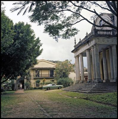 """Hombre camina por la Hacienda """"El Lencero"""" donde se filmó parte de la película La casa del sur"""