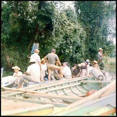 Gente navega en una laguna, durante escena de la película La Casa del Sur