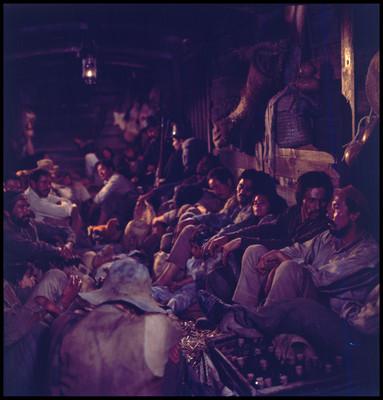 Grupo de actores sentados al interior de vagón de ferrocarril, durante escena de La Casa del Sur