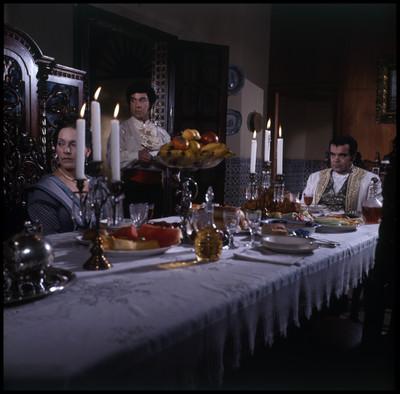 David Reynoso acompañado de su esposa, ambos están en el comedor de la hacienda