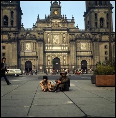 Enrique Lucero y Pinolillo sentados en la plancha del zócalo