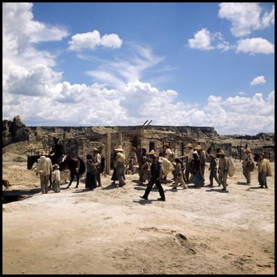 Militares guían a los habitantes de poblado