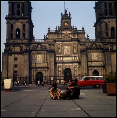 Pinolillo y Enrique Lucero sentados en el zócalo