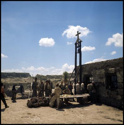 Personas formadas en exterior de iglesia, escena de la película La Casa del Sur