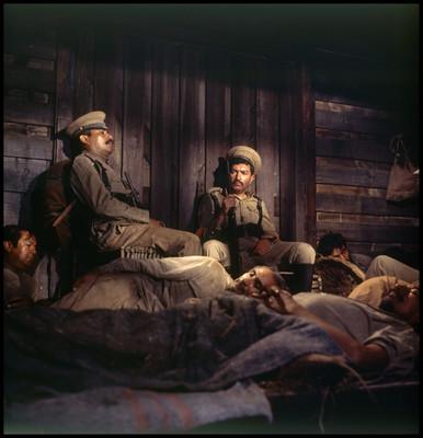 """Hombres actúan, escena en el interior del tren de la película """"La Casa del Sur"""""""