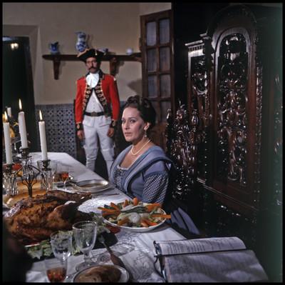 """Esposa de """"Don Augusto"""" sentada a la mesa, escena de la película """"La Casa del Sur"""""""