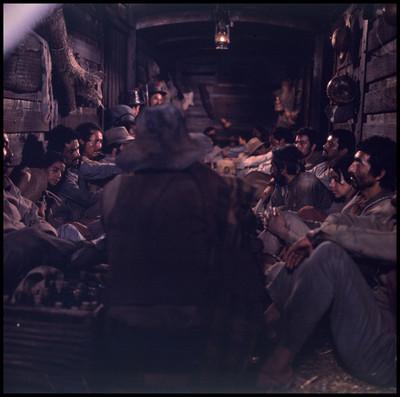 """Hombres dentro de vagón de tren actúan en escena de la película """"La Casa del Sur"""""""