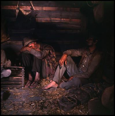 """Personajes yacen en el suelo de vagón de tren, escena de """"La Casa del Sur"""""""