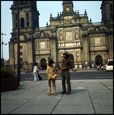 """Rodrigo Puebla y """"Pinolillo"""" frente a la Catedral Metropolitana, escena de """"La Casa del Sur"""""""
