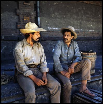 """Salvador Sánchez """"Genaro"""" sentado en estación de ferrocarril, escena de """"La Casa del Sur"""""""
