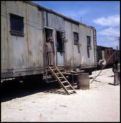 """Patricia Reyes Spíndola en la puerta de vagón de tren, escena de """"La Casa del Sur"""""""