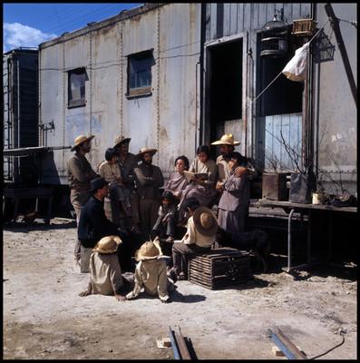 """Mujer lee historia a la gente del pueblo, escena de la película """"La Casa del Sur"""""""