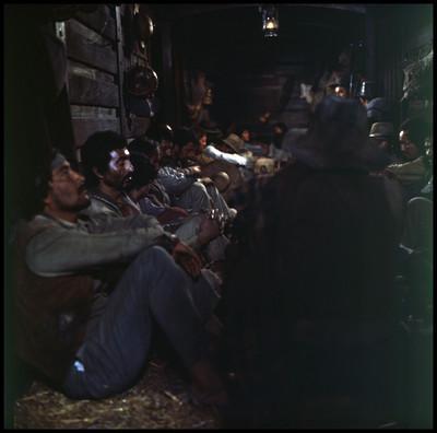 """Actores durante escena dentro de vagón de tren en la película """"La Casa del Sur"""""""
