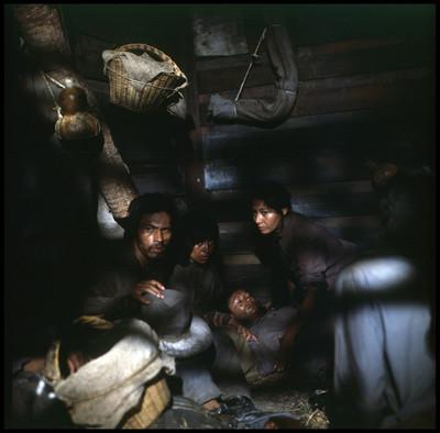"""María"""" permanece recostada, a su lado está """"Jacinta"""" y """"Cosme"""", escena de """"La Casa del Sur"""