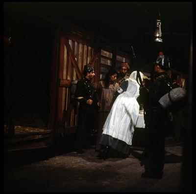 """""""Genaro"""" y """"María"""" son marcados para entrar al vagón de tren, escena de """"La Casa del Sur"""""""