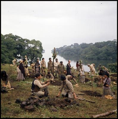 Hombres, mujeres y niños entierran huesos en una escena de la película La casa del sur