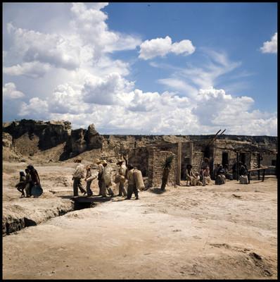 Hombres y mujeres dejan a ancianos en poblado desertico, escena de la película