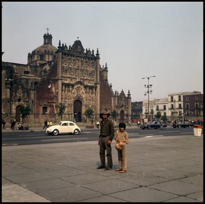Hombre y niño en la plaza de la Constitución, escena de la película